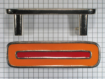 Beugel greep 64 mm nikkel glans met rood / oranje emaille inleg
