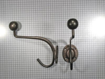 Hoed en jashaak met ronde knop, ijzer geroest